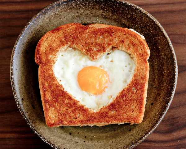 How To Make A Heart-Shaped Egg In Toast